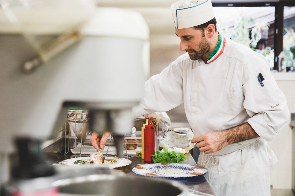 cuoco al lavoro ristorante la doga